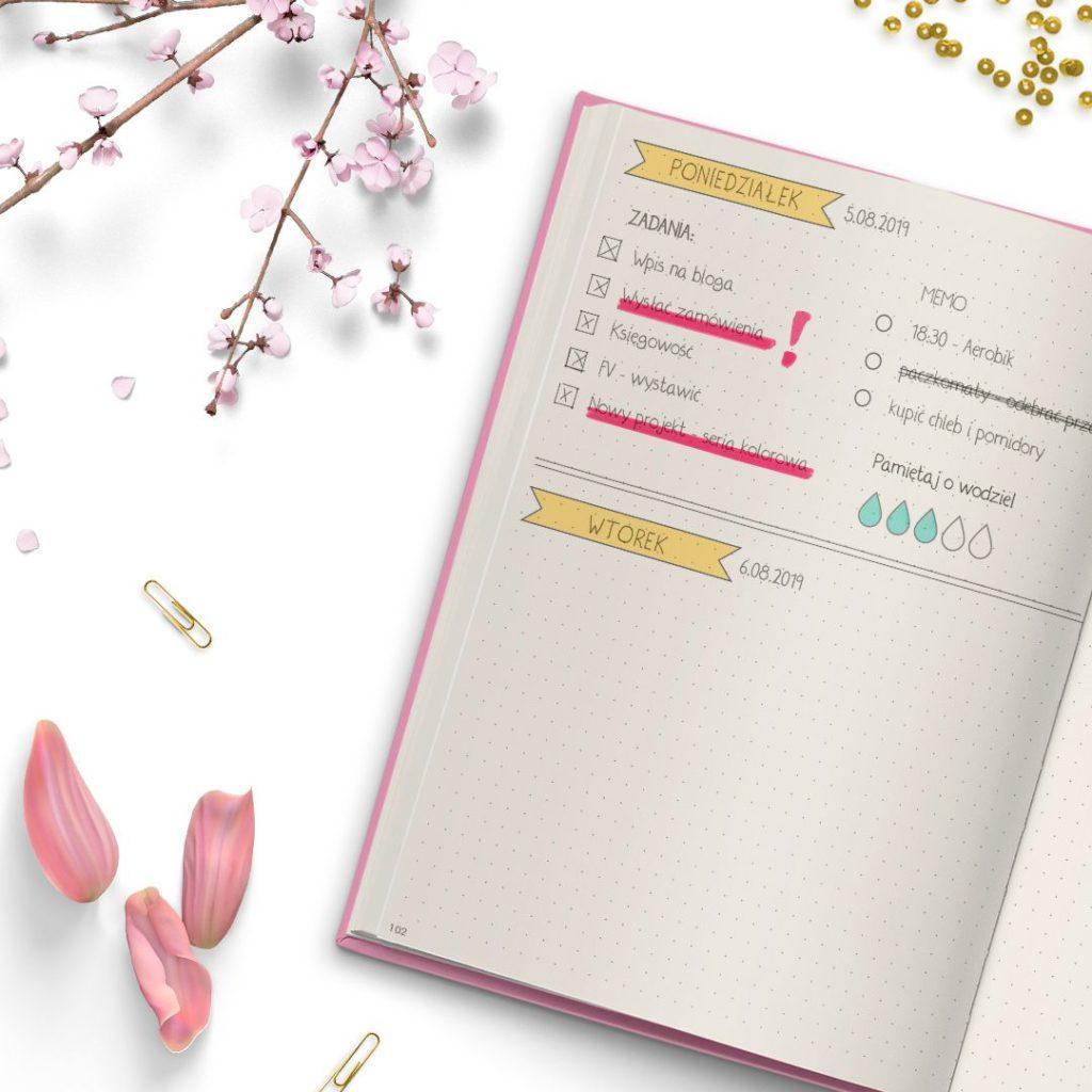 Planer pudrowy róż ze złotym napisem do bullet journal - środek kartki w kropki
