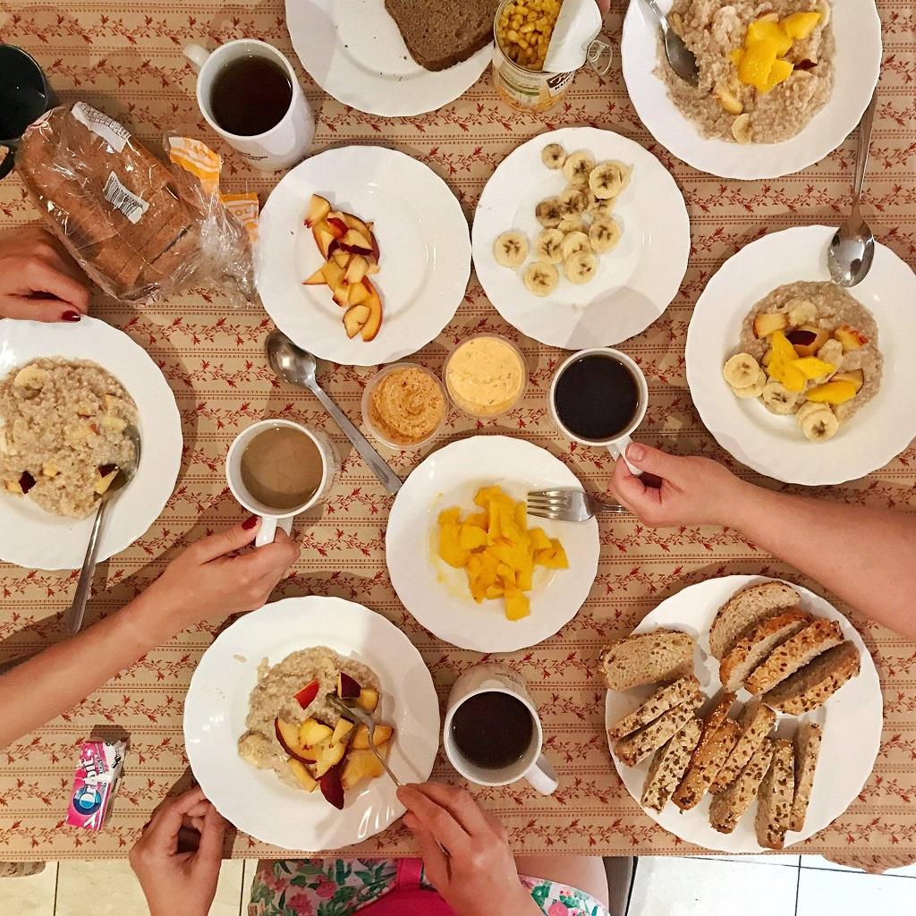 Zdjęcia stołu zastawionego jedzeniem.