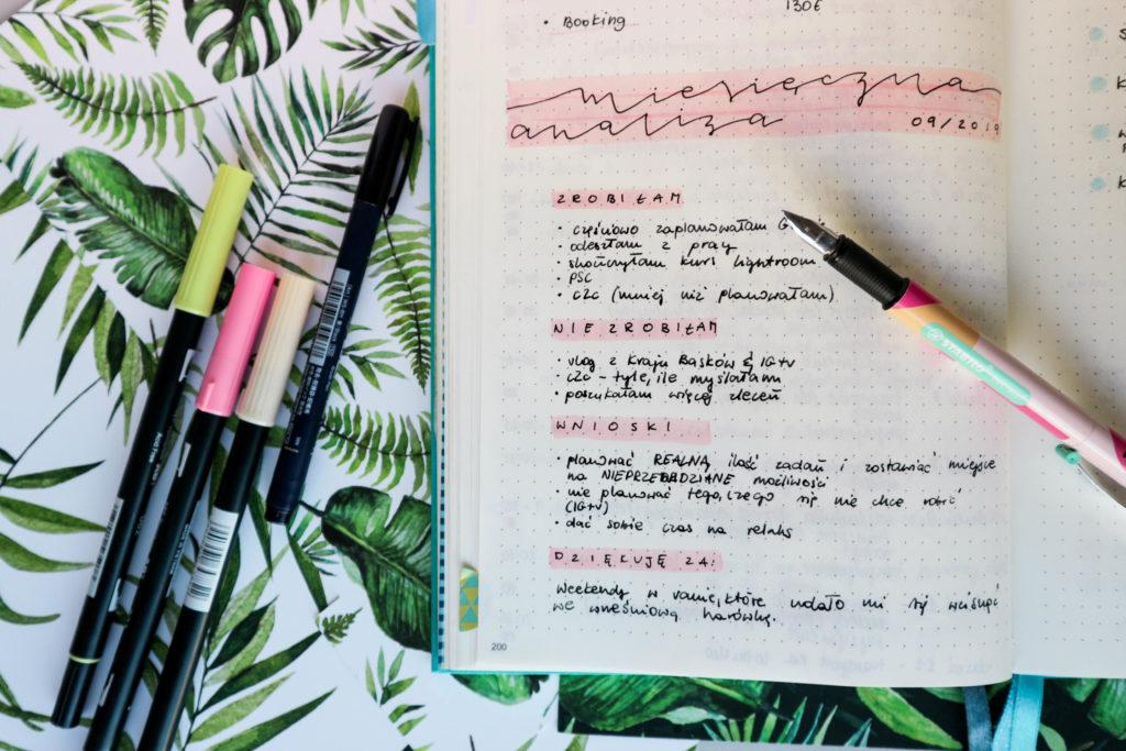 podsumowanie miesiąca w bullet journalu, brush peny