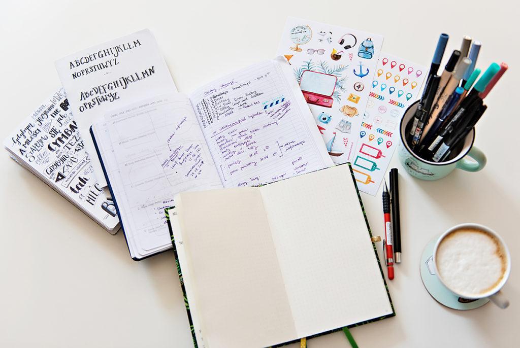 Notesy i pisadła na biurku.
