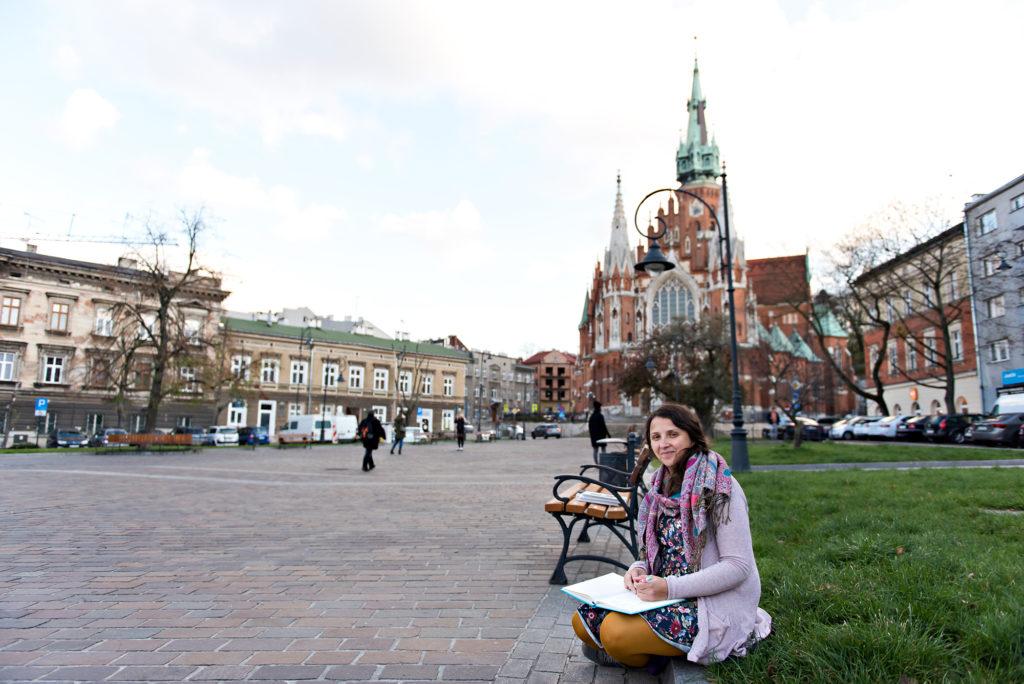 Kobieta siedząca na rynku z notesem.