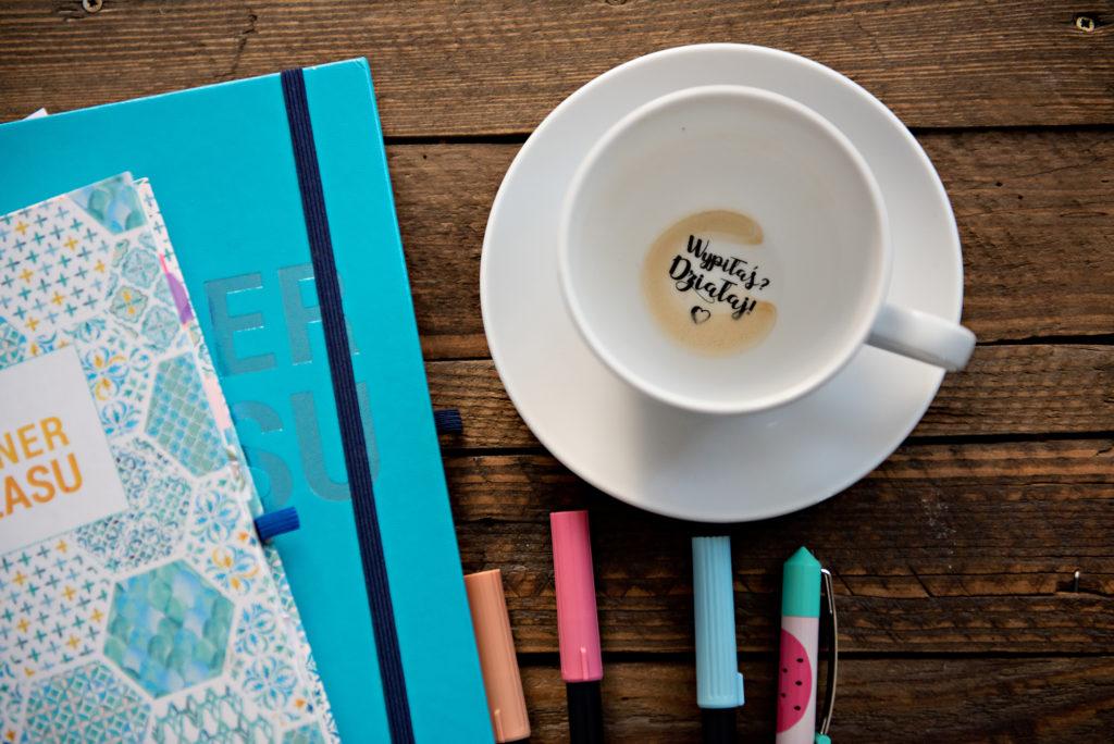 Kubek po kawie i planery pełne czasu.