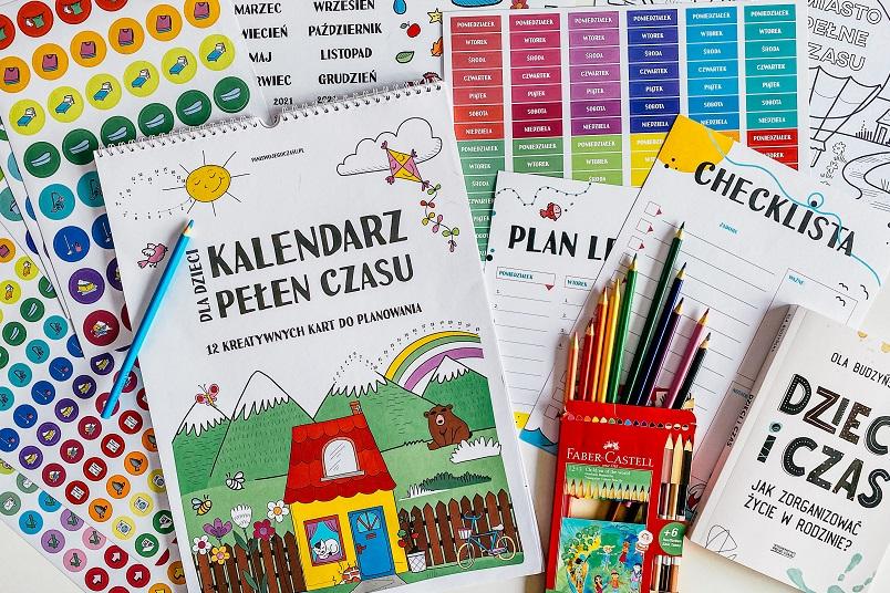 Kalendarz Pełen Czasu, kredki, listy do planowania.