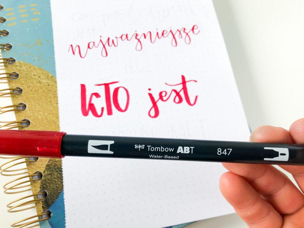 Czerwony brushpen tombow dual. Brush lettering.
