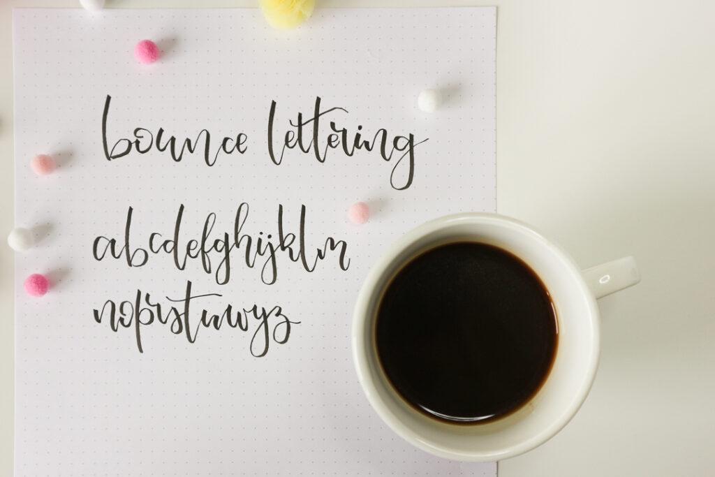 Kawa w filiżance i bounce lettering