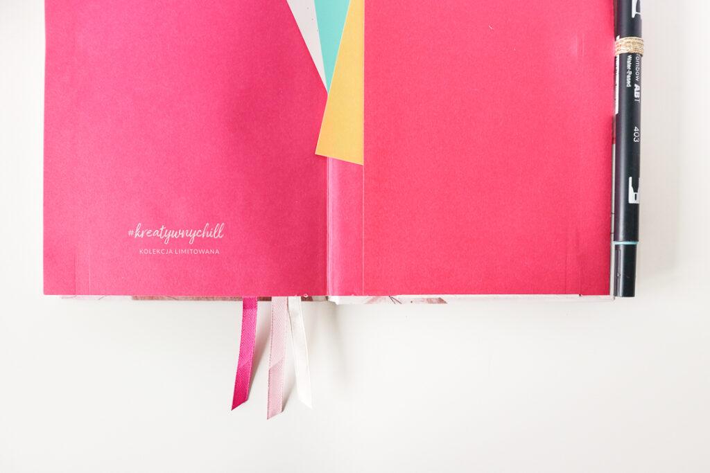 Różowa wyklejka notatnika w kropki.