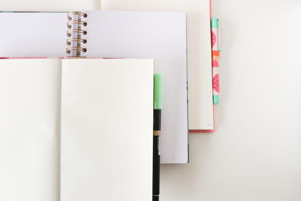 Otwarte notesy i planery.