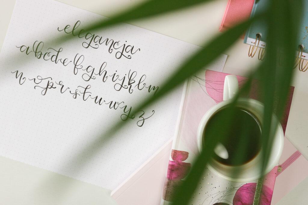 Brush lettering, kwiatek i kawa