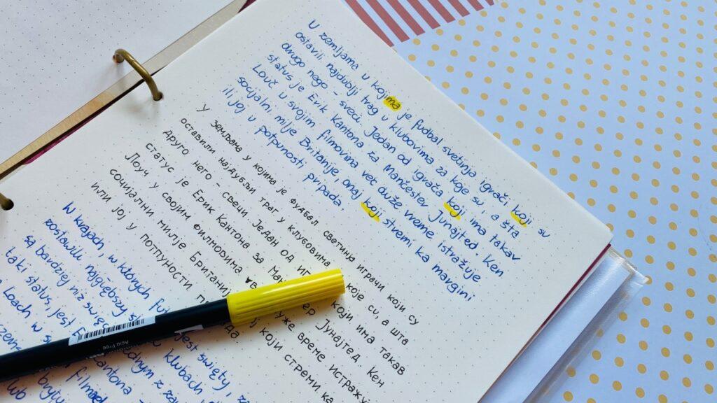 Nauka języka serbskiego w segregatorze. Żółty pisak.