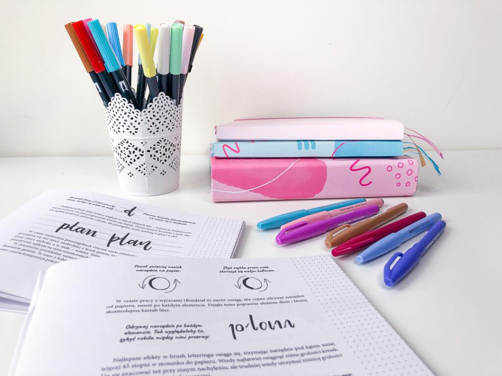 Kolorowe pisadła, segregator, notes, planer pełen czasu.