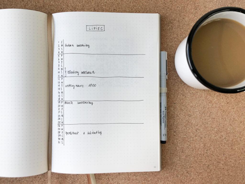 Plan na lipiec w notesie w kropki.