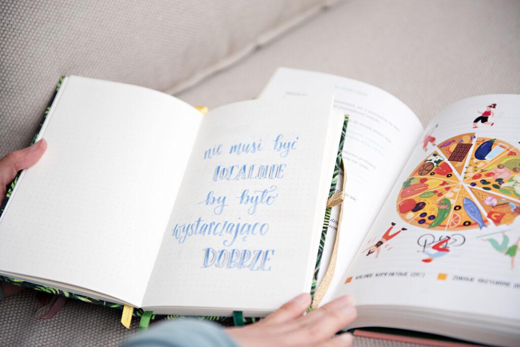 Planer w kropki i książka.