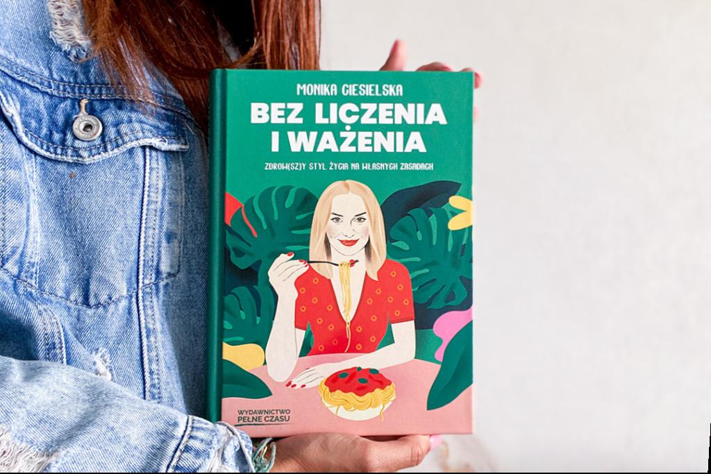 Kobieta trzymająca książkę Bez liczenia i ważenia.