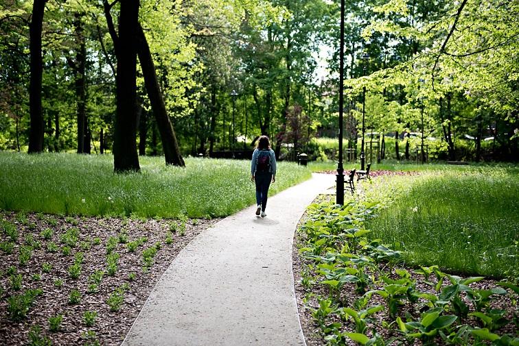 Kobieta w parku.