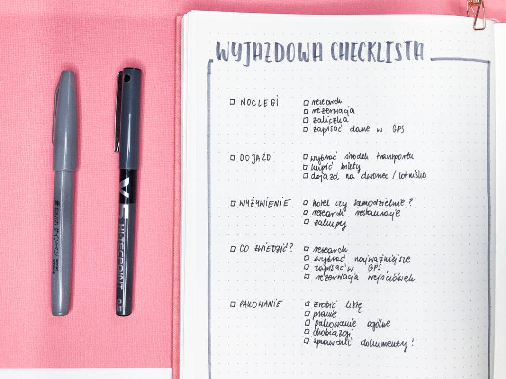 Checklista na wyjazd w planerze w kropki.