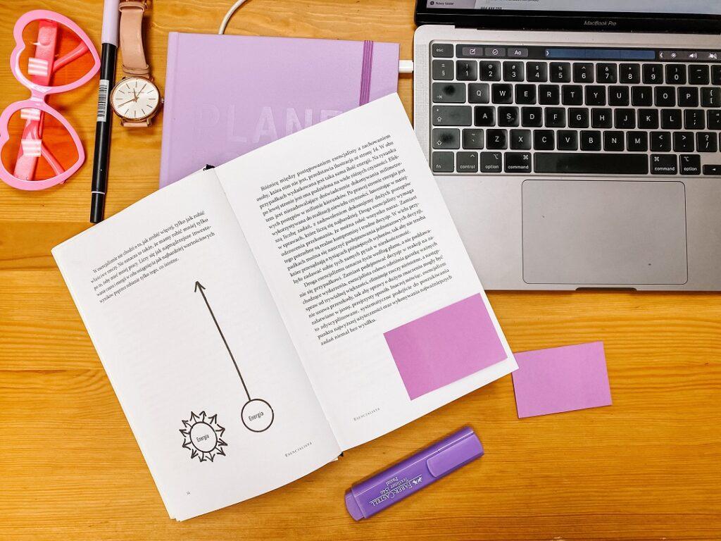 Książka, planer i laptop.