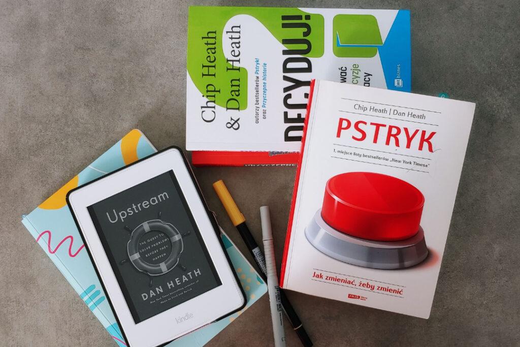 Książki, czytnik e-booków i notes w kropki.