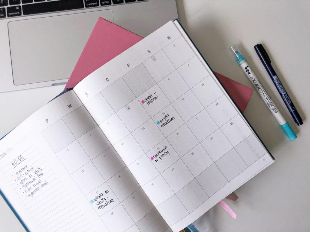 Rozkładówka miesięczna w kalendarzu