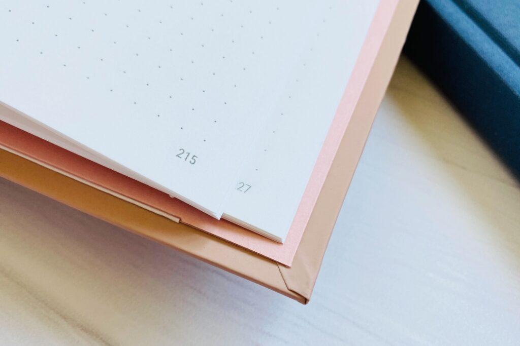 Pastelowy kalendarz w kropki